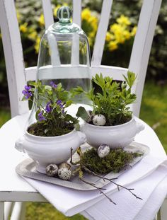 Great Zwei ausrangierte Suppenterrinen dienen als nostalgische Pflanzt pfe Dekoriert mit sten und k nstlichen Wachteleieren wird daraus