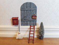 Överraska barnen med en nissedörr, en söt inredningsdetalj samtidigt som du bygger upp spänningen kring den magiska julen. En nissedörr är väldigt kul att pyssla ihop själv! Jag gjorde en dörr, brevlåda, stege, kvast och en fot till granen. Material: Skärmatta och vass kniv ( det går bra att använda en liten sticksåg istället). Glasspinnar, … Elf Door, Ladder Decor, Christmas Decorations, Doors, Cool Stuff, Crafts, Grand Kids, Home Decor, Preschool