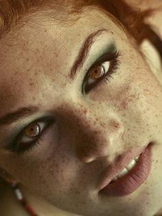 . Beautiful Freckles, Beautiful Redhead, Beautiful Eyes, Beautiful Women, Amazing Eyes, Redheads Freckles, Freckles Girl, Freckles Makeup, Eye Makeup