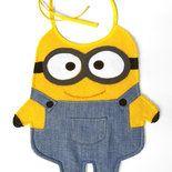 Simpatico bavaglino per neonato, confezionato interamente a mano. Realizzato in spugna di cotone color giallo, con dettagli in stoffa di cotone tipo jeans e pannolenci. Il retro è in panno di cot...