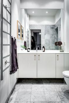 Monochroom interieur met cognackleurig accent - Roomed
