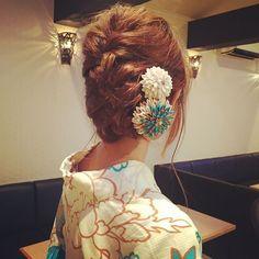 夏祭りの季節ですね。普段和装を着ないかたでも、この時期は浴衣を着る機会があったりしますよね。人と同じにならないアクセサリーは「つまみ細工」で手作りしてみてはいかがでしょうか?つまみ細工とは. 江戸時代から伝わる伝統技法で、布を正方形に小さく切り、つまんで折りたたみ組み合わせることによって、花などの形を作るものです。早速見てみましょう。