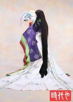 新春キャンペーン☆十二単|時代や スタッフブログ A woman dressed in junihitoe at a maiko photography experience.