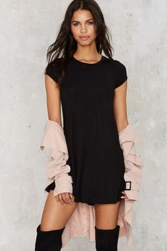 Go back to basics in this Nasty Gal Essential! It's a black shirt dress with a crew neck, cap sleeves, and A-line silhouette.