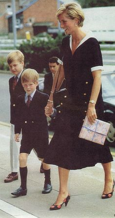 September, HRH Diana, Princess of Wales arrives at the Nottingham Medical Centre and her sons Prince William and Prince Harry to visit the Prince of Wales after his operation. Diana wearing a black with white sailor dress. Princess Diana Fashion, Princess Diana Photos, Princess Diana Family, Royal Princess, Princess Of Wales, Prince And Princess, Lady Diana Spencer, Diana Son, Diana Williams