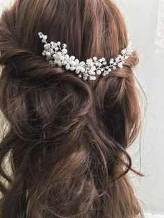 Add a pretty finishing touch to your bridal hair with this small size bridal hair adornment, decorated with shimmering clear crystals and ivory tone