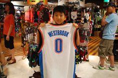 【大阪店】2014.08.16 サンダーのウェストブルックファンのお客様にご来店いただきました!サイズはまだ大きいかも知れませんが、カッコよく飾って下さい(^^)