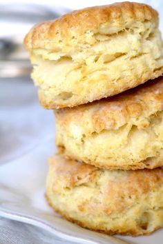 A quick and simple recipe for Homemade Southern Biscuits that bake up perfectly golden on the outside, flaky and buttery on the inside. Southern Homemade Biscuits, Homemade Biscuits Recipe, Quick Biscuit Recipe, Easy Biscuits, Bisquick Recipes, Buttermilk Biscuits, Homemade Cookies, Cupcakes, Cookies
