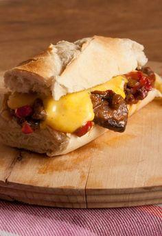 Recept broodje biefstuk met kaassaus. Eigenlijk zou je het een Philly Cheese Steak kunnen noemen. Brood met reepjes biefstuk, paprika, ui en een kaassaus.