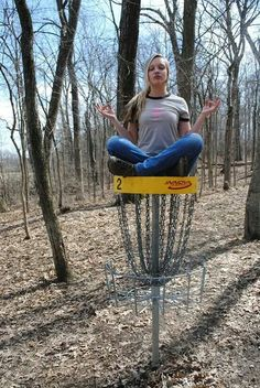 uhmm i get in trouble for trying to sit on A basket around my way.and they told me it was rude. i just wanted one pic like this :/ Golf Tiger Woods, Woods Golf, Disc Golf Scene, Disc Golf Courses, Golf Pictures, Golf Art, New Golf, Golf Humor, European Football