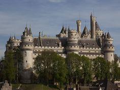 Au nord de Paris, le château de Pierrefonds plonge les visiteurs dans le Moyen-Âge. Viollet le Duc sauve le château au 19e siècle et assure de nombreux travaux de décoration. Cour intérieur, chapelle, salle des Preuses et parc vous occupent durant une journée bien remplie.