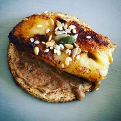 Had a nice quiet hour to myself so I caramelised a banana and paired it with almond butter on oat cakes. Lush #healthyfood #cleaneating #auntienatnat #makinganeffort