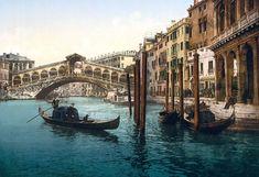 Una veduta del Ponte di Rialto dal Canal Grande, con i taxi d'acqua prendendo i clienti al loro molo di destinazione