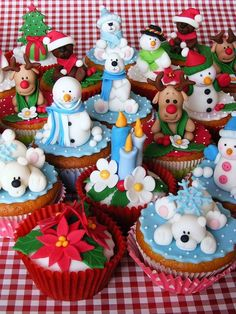 .Christmas cupcakes, so cute!