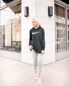 Casual Hijab Outfit, Hijab Chic, Womens Workout Outfits, Sporty Outfits, Hijab Fashion, Fashion Outfits, 70s Fashion, Modest Workout Clothes, Sports Hijab