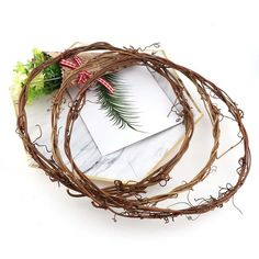 DIY Christmas wreaths are simple and fun to make. Create your own unique wreath with a basic rattan frame. Diy Wreath, Grapevine Wreath, Branches, Christmas Diy, Christmas Wreaths, Rattan, Wedding Flower Decorations, Flowering Vines
