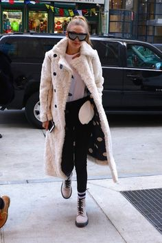 43 Sexy Fashion Trends To Look Cool - Luxe Fashion New Trends Gigi Hadid Looks, Gigi Hadid Style, Celebrity Look, Celebrity Dresses, Gigi Hadid Outfits, Model Street Style, Striped Blazer, Wide Leg Trousers, Meghan Markle