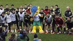 La selección española de fútbol, con la mascota del Mundial de Brasil 2014