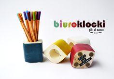 **BIUROKLOCKI**  Kolorowe iskierki nadające lekkości i fantazji biurowej nudzie. Niecodzienny pojemnik na przybory biurowe, wykonany z drewna i pokryty różnokolorową farbą. Biuroklocki- bo każdy...