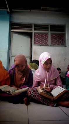 Shia girls from Sampang, Madura, Indonesia were tadarusing Quran in the refuge building in Sidoarjo. They and their family were expelled by their neighbour because of what they belief #Shia #refugee #Quran #children #puspaagro #fasting #tadarus #cnnindonesia