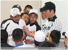子どもたちと手の大きさを比べる新井 ― スポニチ Sponichi Annex 野球  (via http://www.sponichi.co.jp/baseball/news/2013/11/10/gazo/G20131110006984450.html )