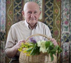 A bükki füvesemberként ismerik sokan Szabó Gyuri bácsit, aki 81 éves korára is majd kicsattan az egészségtől. A természettel és a gyógynövényekkel kapcsolatos több évtizedes tudását szívesen megosztja másokkal is. Ma Magyarországon már csak  kb. 25 olyan tudója van a gyógynövényeknek, aki őseitől szellemi örökségül kapta tudományát.