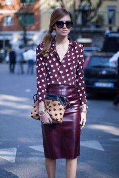 Comprar ropa de este look: https://lookastic.es/moda-mujer/looks/blusa-de-botones-de-seda-burdeos-falda-lapiz-de-cuero-burdeos-cartera-de-ante-marron/1096 — Blusa de Botones de Seda Estampada Burdeos — Falda Lápiz de Cuero Burdeos — Cartera de Ante Estampada Marrón