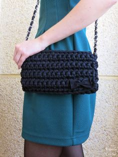tutorial bolso de trapillo Got to find a translation for this one? Bag Crochet, Crochet Clutch, Crochet Handbags, Crochet Purses, Love Crochet, Filet Crochet, Crochet Crafts, Crochet Projects, Crochet Clothes