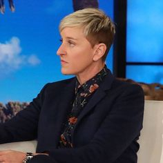 Ellen DeGeneres Sparks Backlash After Defending Kevin Hart - E! NEWS Ellen DeGeneres Sparks Backlash After Defending Kevin HartE! NEWS Amid a 2019 Oscars hosting controversy the comedian spoke out on the famous host's Friday show. Ellen Degeneres Haircut, Ellen Degeneres And Portia, Justin Timberlake, Justin Bieber, Kevin Hart, Portia De Rossi, The Ellen Show, Adam Sandler, Avril Lavigne