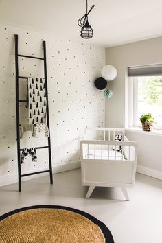 We love this all white, minimalist nursery room. | Zwart wit babykamer jaren 70 ledikantje.