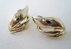 Vintage Traditional Preppy Gold tone Swirl Earrings by ThePaisleyUnicorn, $3.00