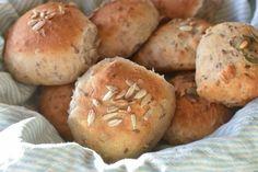 Grove boller med rugmel, hørfrø og Manitobamel - nemme og lækre | NOGET I OVNEN Home Bakery, Bread Bun, Bread Baking, Tapas, Muffin, Good Food, Food Porn, Brunch, Sweets