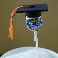 Obsequia o decora pequeños detalles de graduación usando el birrete como inspiración. Basta usar un poco de cartulina o fomi negro para hac...
