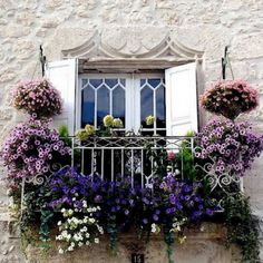 Charming Balcony Gardens Even if all your apartment has is a tiny Juliet balcony, you can still fill it with lots of plants!Even if all your apartment has is a tiny Juliet balcony, you can still fill it with lots of plants! Ventana Windows, Juliet Balcony, Balcony Flowers, Flowers Garden, Balkon Design, Garden Windows, Cottage Windows, Apartment Balconies, Window Boxes