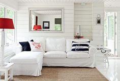 Leveä valkoinen puupaneeli vaakaan asennettuna luo kotiisi saaristolaistunnelmaa. Valkoisella Wicco Valmispaneelilla 15x120 mm saat helposti olohuoneeseesi samaa henkeä.