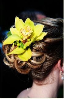 love love fresh flowers in hair