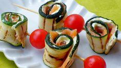 Ricetta degli spiedini di zucchine e salmone, un antipasto o un secondo piatto leggero formato da involtini di zucchine grigliate con salmone e philadelphia