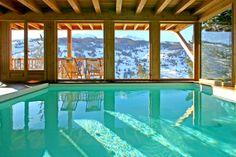Le froid de l'hiver et le paysage enneigé des montagnes alors que vous pourriez être dans cette piscine intérieure.