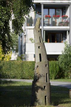 #Kiel Eine wackelige Angelegenheit, so scheint es beim ersten Blick auf den Turm zu sein. Doch dieser verspielte, mehrfach geknickte und fast fünf Meter hohe Turm ist aus einem großen Steinblock geschlag...