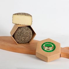 Queso con pimienta Queso elaborado con leche pasteurizada de vaca, a partir de una coagulación enzimática y una maduración mínima de 15 días. FORMATGERIA ROURA SOLER 17864 Roura s/n ·  Sant Pau de Segúries Gerona