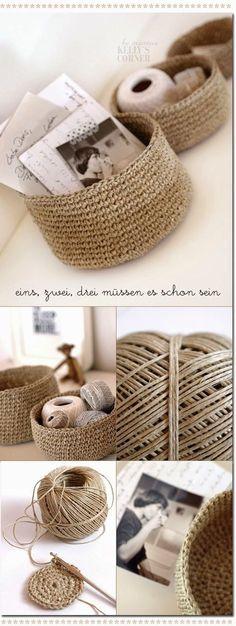 Bármilyen apró tárgyak, esetleg bizsuk, ékszerek tárolására is dekoratív, természetes megoldás lehet, ha spárgából, rövidpálcákkal horgolt...