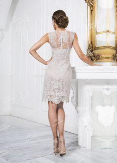 Необычайно нежное коктейльное платье-футляр прекрасно подойдет любой девушке! Узор будто из ледяных цветов- главное украшение этого наряда, подчеркивающее красоту и утонченность его обладательницы. Идеально для любого торжественного случая!