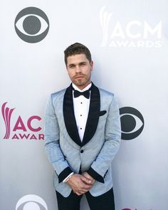 Dustin Lynch HATLESS! At  the Acm awards!