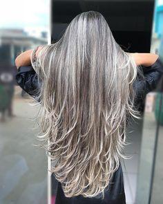 Graue Strähnen - All For Hair Color Trending Silver Grey Hair, Long Gray Hair, Coiffure Hair, Grey Hair Inspiration, Great Hair, Hair Highlights, Hair Day, Gorgeous Hair, Dyed Hair