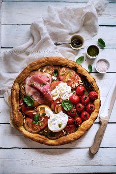 ... finta pizza con pesto, pomodori, burrata e prosciutto crudo ...