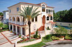 Штукатурный фасад розового цвета в средиземноморском стиле