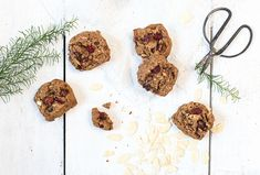 The taste of these cookies reminds a bit of cinnamon rolls. These are quite soft in the center and crisp at the same time. With soft and juicy cranberry and raisin hits. And almond flakes. These cookies are a must Christmas treat! Cinnamon Cookies, Cinnamon Rolls, Biscuit Cookies, Shortbread, Christmas Treats, Raisin, Dog Food Recipes, Crisp, Biscuits