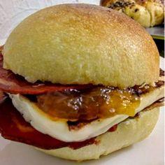 Sandwich mit gebratenem Käse und Marmelade, mit iberischem Schinken  #IbericoSchinken #Food #Essen #Gourmet #Gourmet Essen #PataNegra #PataNegraSchinken #Ham #Lebensmittel #Schweiz #Switzerland #Foodie #Marmelade #Sandwich #Käse #Schinken Halloumi, Cheddar, Sandwiches, Chicken, Ethnic Recipes, Food, Marmalade, Easy Recipes, Switzerland
