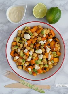 Calabaza salteada con garbanzos y aliño de yogur y tahini. Receta vegetariana que puedes tomar como ensalada