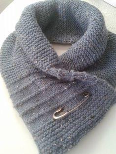 Ik kwam deze sjaalcol tegen op Welke dus heb hem na gemaakt het orgineel is met knopen. De sjaal speld geeft het net een iets andere look. 3 bollen wol zeeman naalden nr. 5, 65 steken opzetten 106 cm breien naar eigen patroon dubbelslaan en aan elkaar haken met vasten.